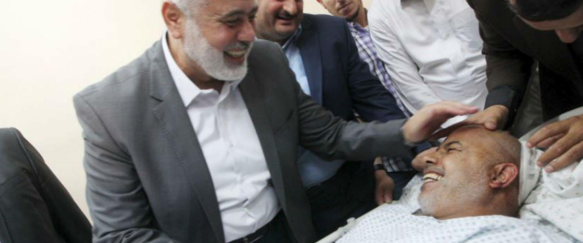 מנהיג חמאס איסמעיל הניה מבקר את תוופיק אבו נעים בב