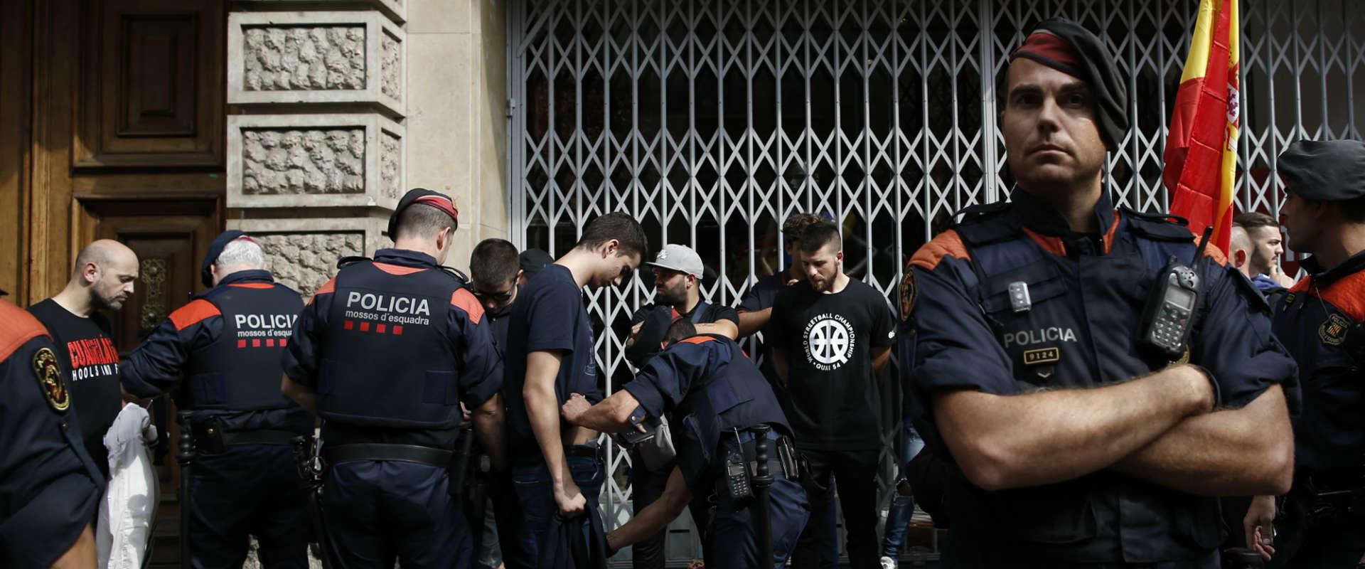 שוטרי המשטרה הקטלונית בברצלונה, לפני כשבועיים