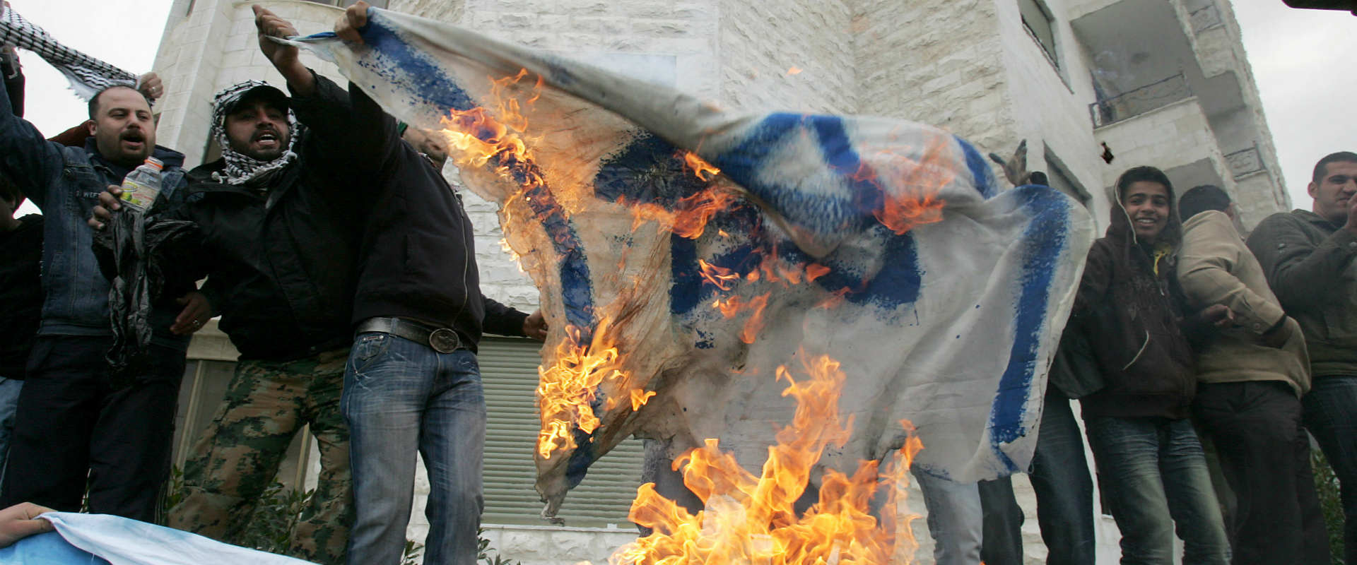 מפגינים סמוך לשגרירות ישראל בעמאן, ארכיון