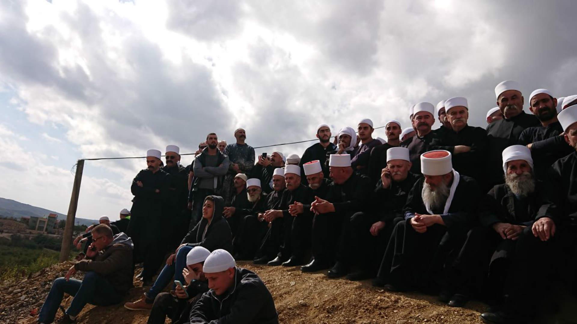 דרוזים בגולן משקיפים על חאדר, היום