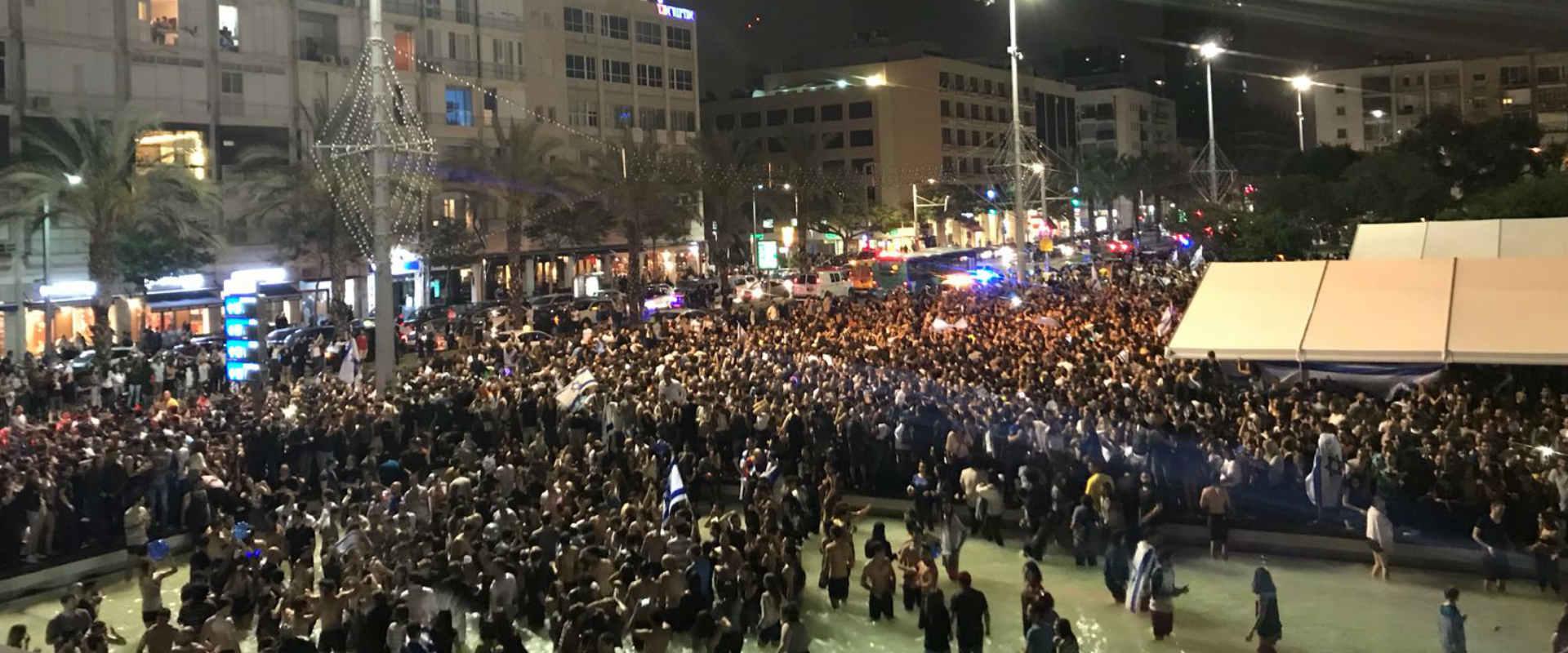 החגיגות בכיכר רבין, הלילה