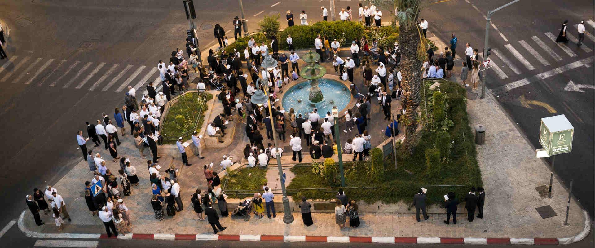 מתפללים בכיכר פריז בירושלים