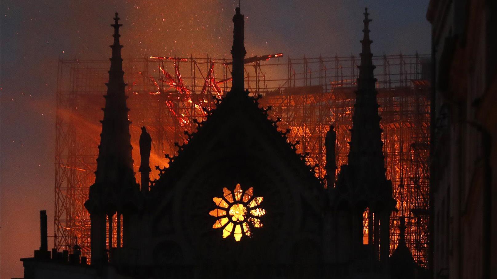 כנסיית נוטרדאם נשרפת